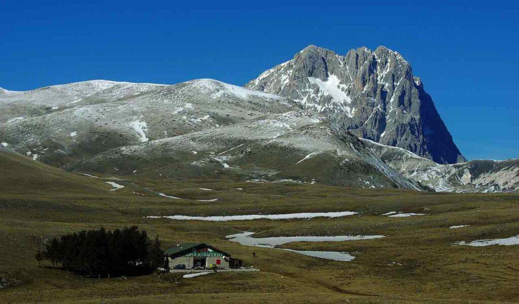 Rifugio Racollo nella piana di Campo Imperatore.