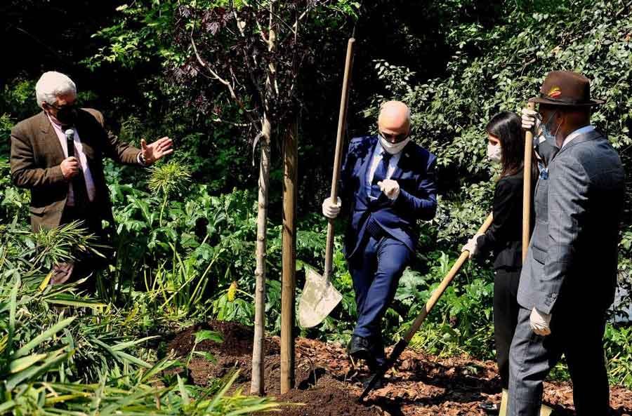 """Al Bioparco di Roma """"Un nuovo albero per il futuro""""."""