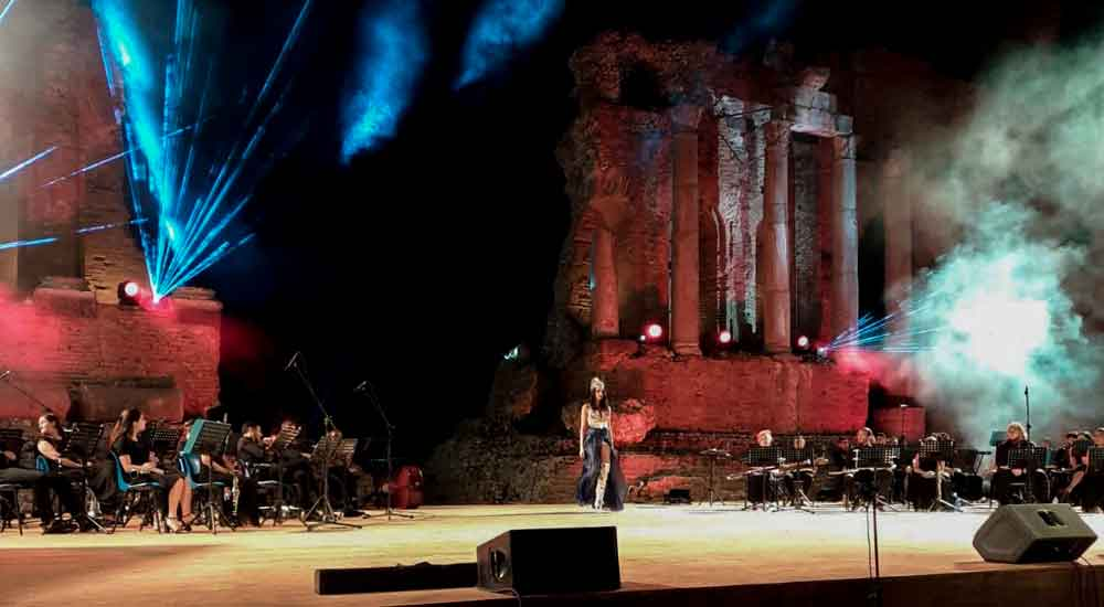 Eleonora Altamore sfila al Teatro Antico di Taormina.